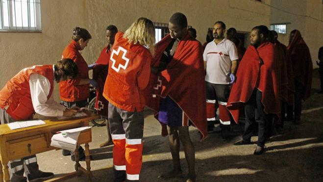 Trasladan al puerto granadino de Motril a 29 personas rescatadas de una patera