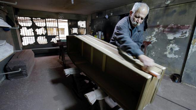 El último fabricante de ataúdes de Trípoli