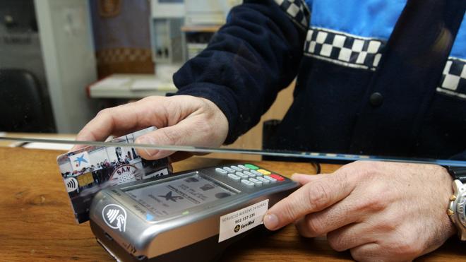 Dos años de cárcel por clonar tarjetas de crédito de sus clientes