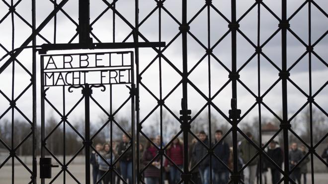 """Vuelve al campo nazi de Dachau la inscripción robada con el lema """"el trabajo libera"""""""