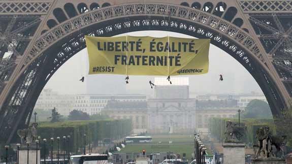 París refuerza el control en la torre Eiffel tras la incursión de Greenpeace