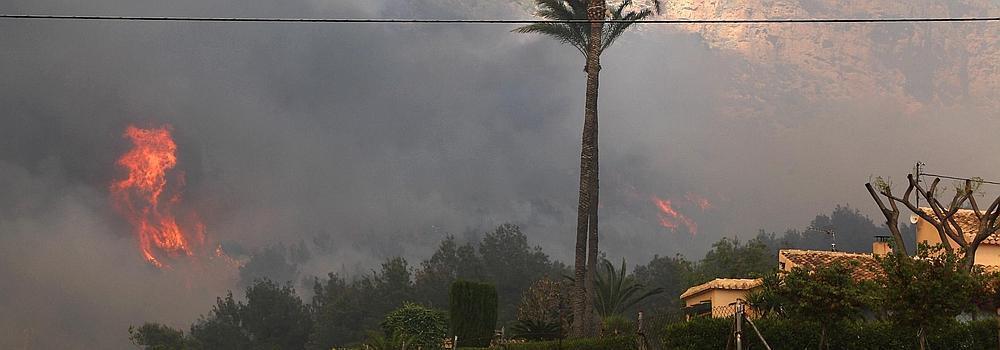 El fuego amenaza el parque del Montgó