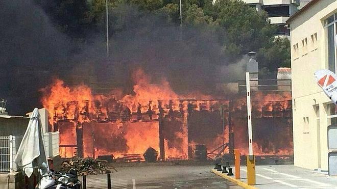 Cuatro heridos en el incendio que ha arrasado un restaurante en Alcossebre