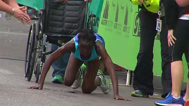 Una atleta keniana cruza la meta a gatas