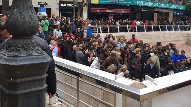 Colas en la calle Colón para acceder al metro