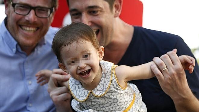 El matrimonio gay hispano-norteamericano celebra la custodia de su bebé en Tailandia