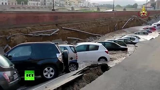 Un socavón engulle 20 coches en el centro de Florencia