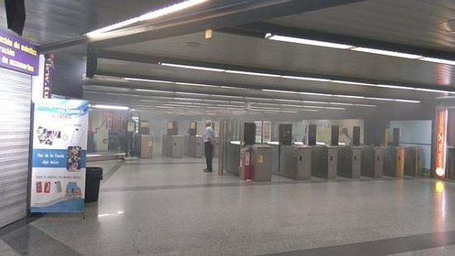 El incendio de unas escaleras en la estación de Xàtiva llena de humo el metro