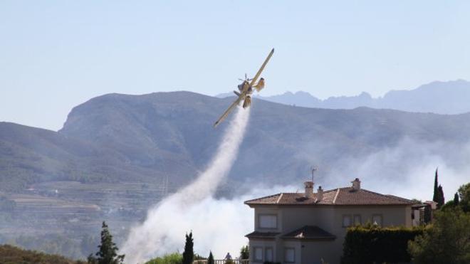 Dan por extinguido el incendio en Xàbia que calcinó dos hectáreas en la ladera del Montgó