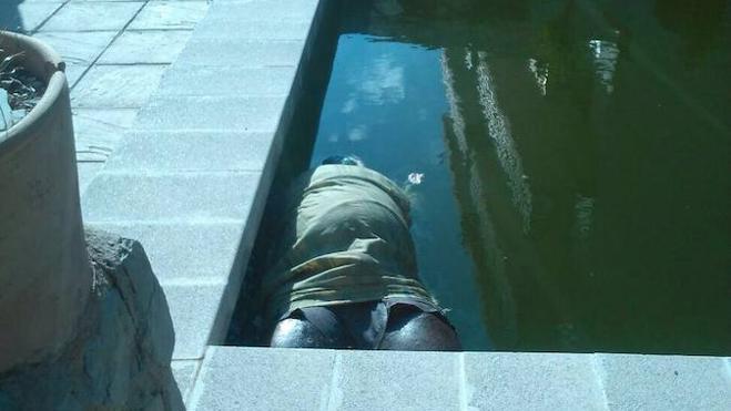 Hallan un cadáver maniatado flotando en una piscina en Sot de Chera
