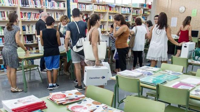 Los concertados de la Comunitat aún no han recibido el dinero para completar sus bancos de libros