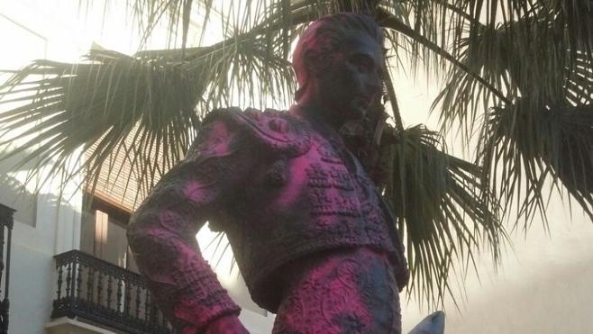 Pintan de rosa la escultura de Enrique Ponce en Chiva