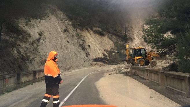 La carretera de Callosa a Guadalest, cortada por desprendimientos e inundaciones