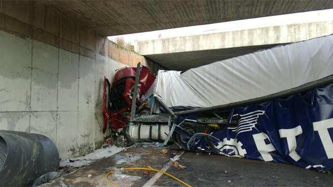 Un camión cargado de bobinas de acero cae por un puente en la V-23 en Sagunto