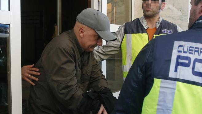 Paco Sanz, el valenciano de los 2.000 tumores, es trasladado al hospital tras finalizar el registro de su casa