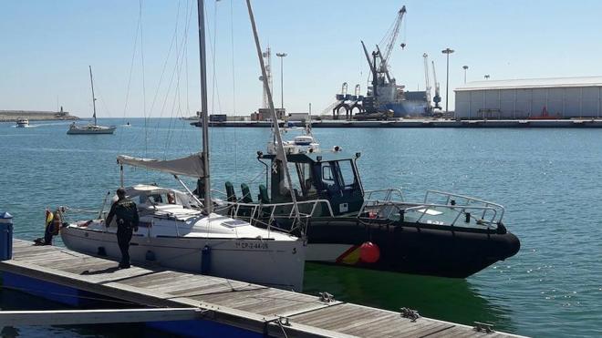 El velero de Francisco Puchol-Quixal aparece varado sin tripulación en la playa de Gandia