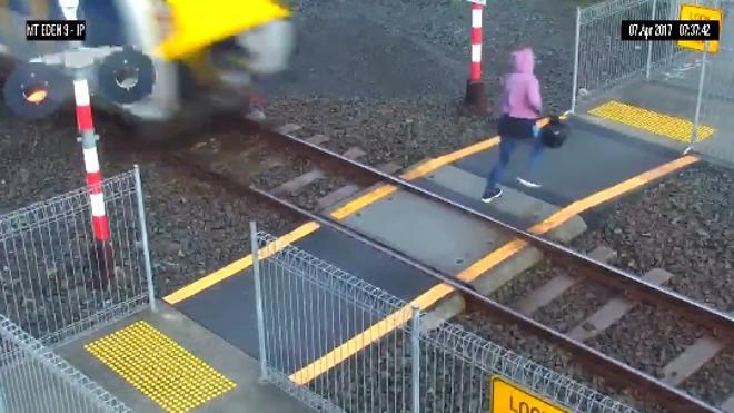 Se salva de ser atropellada por un tren