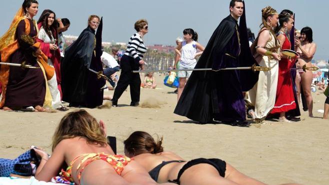 Viernes Santo | Cientos de personas acompañan al Cristo del Salvador hasta la playa en la Semana Santa Marinera