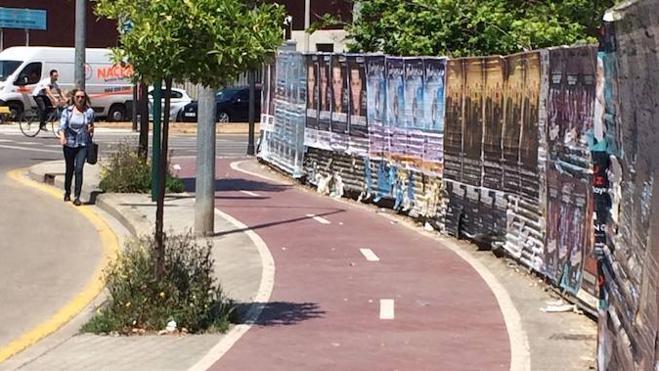 El fin de la valla que enfrentaba a ciclistas y peatones en el cruce de Fausto Elio y Tarongers